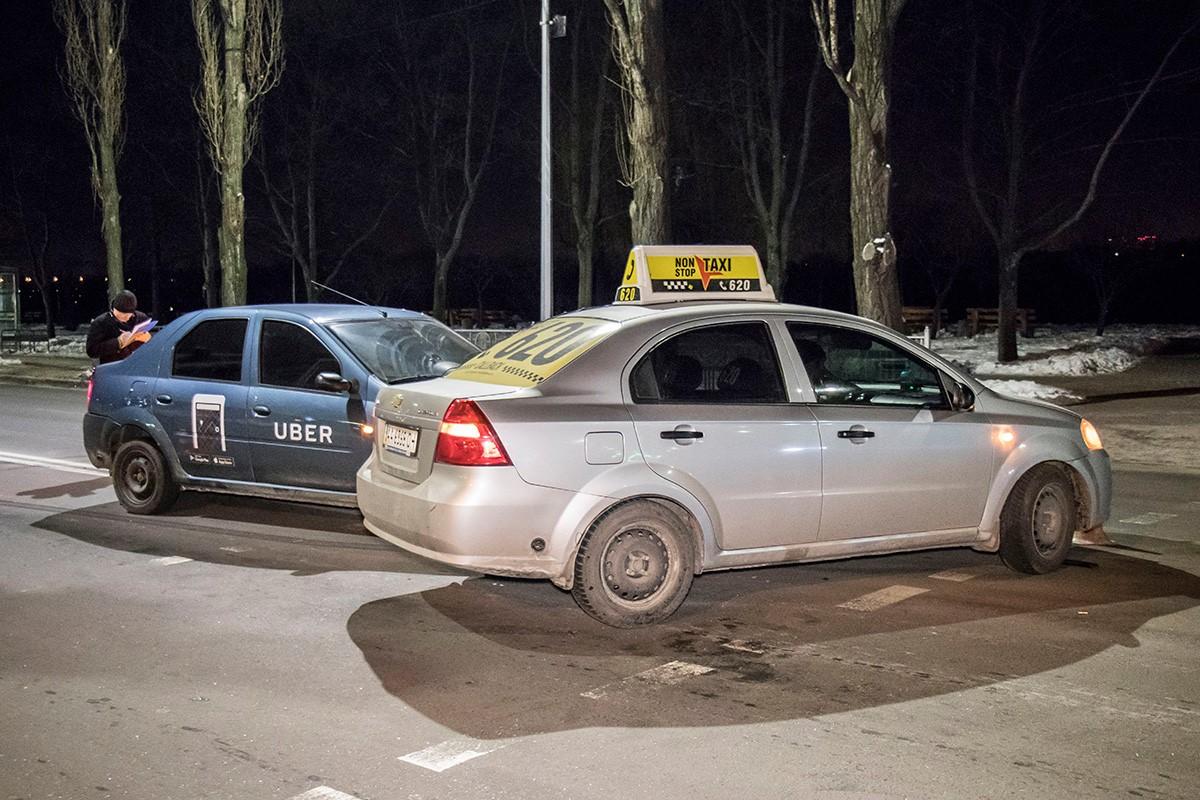 На Chevrolet наклейки Non-Stop Taxi