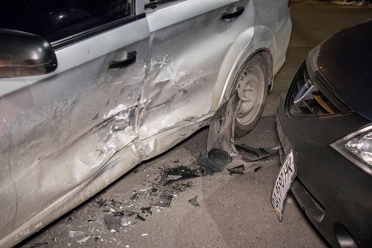 На Chevrolet вмятину в левом боку