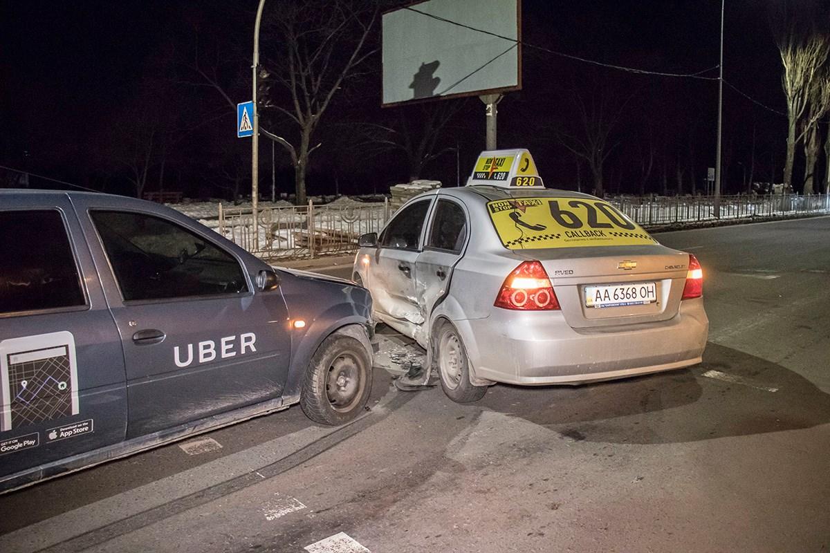 Dacia Logan со знаками службы Uber