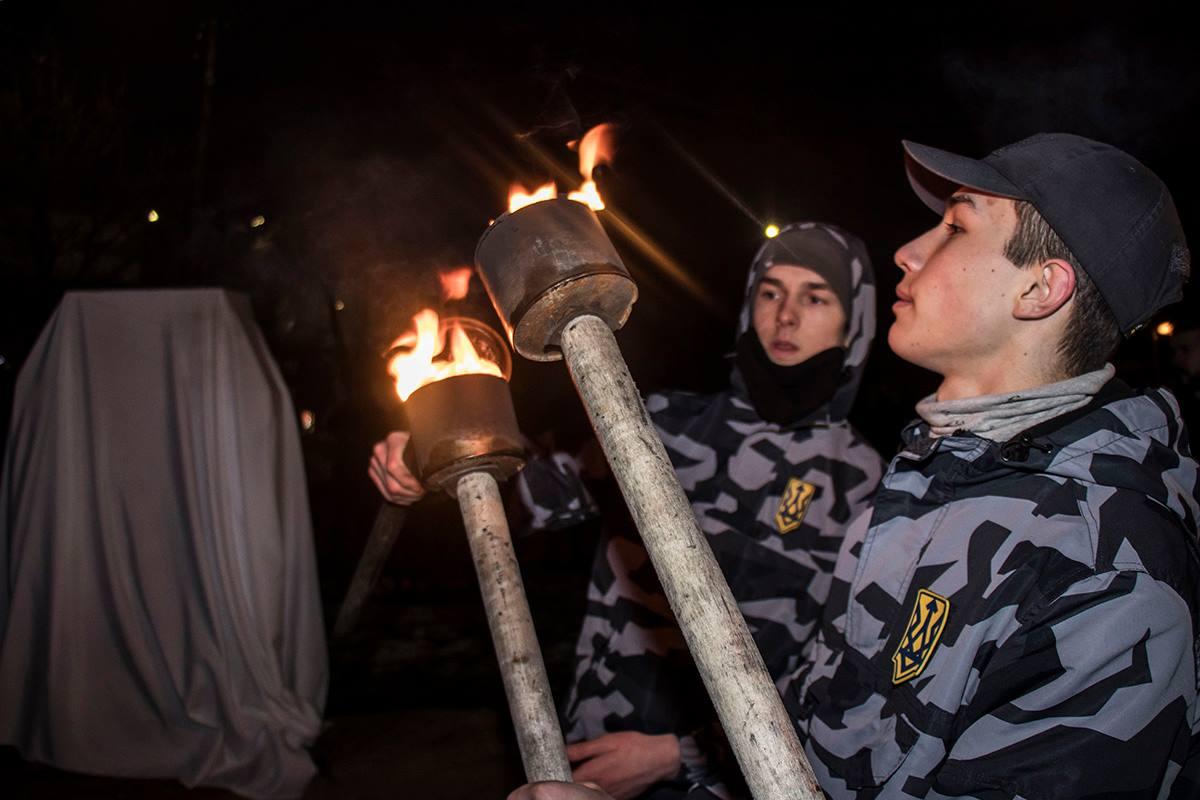 Активисты прошлись с факелами по центру Киева