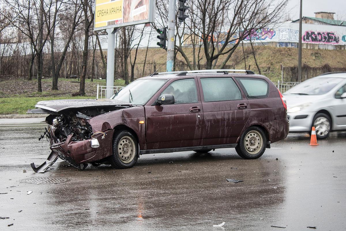 От удара автомобиль Lada развернуло