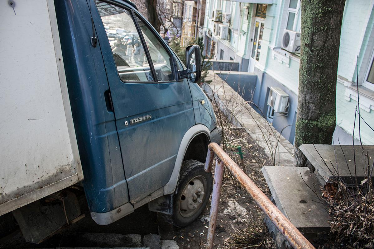 """Газель"" остановил только тротуар"