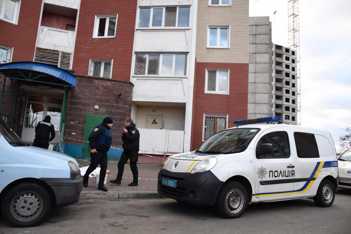 Во дворе дома по улице Милославского обнаружили труп женщины