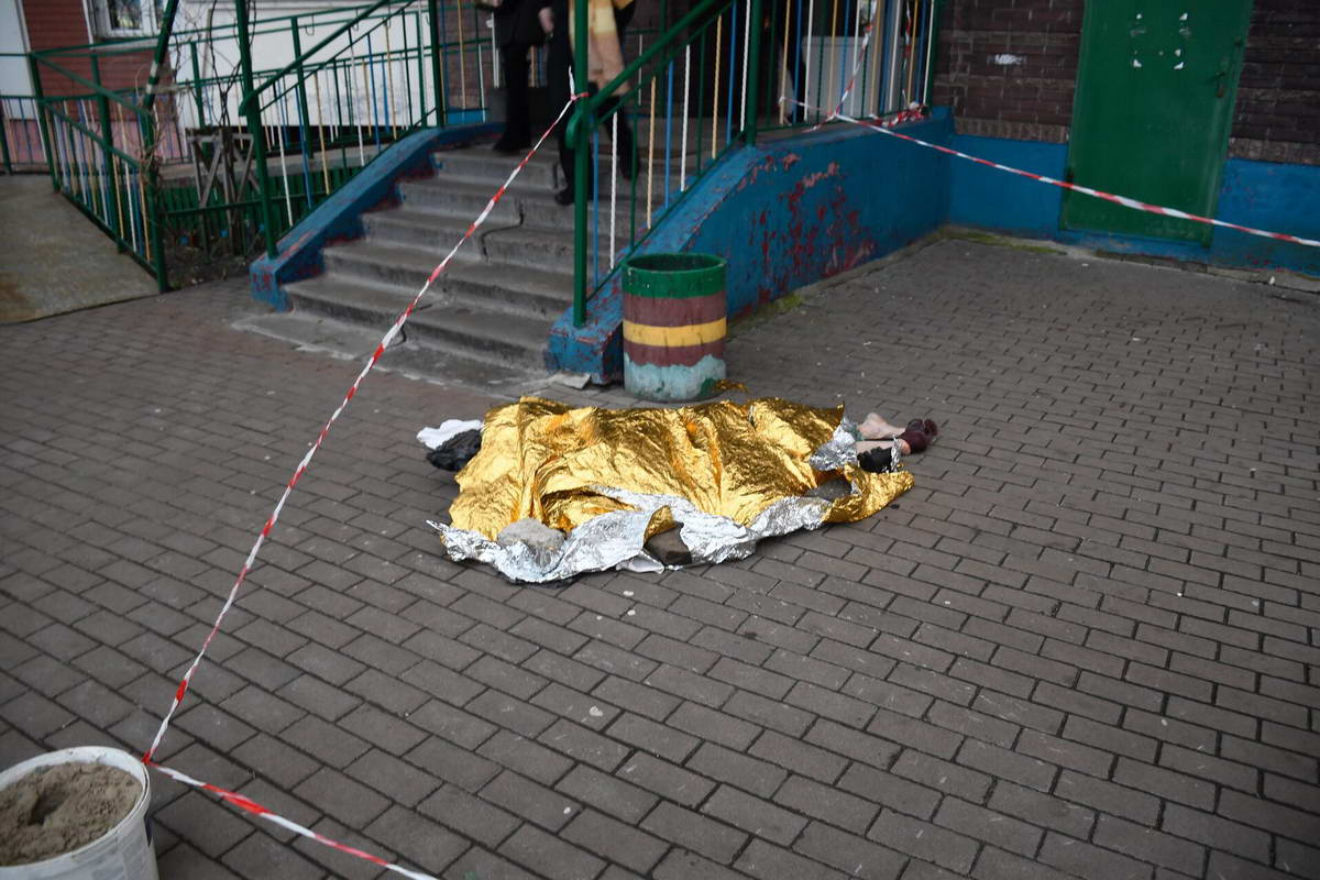 Тело умершей на улицу вынесла ее дочь