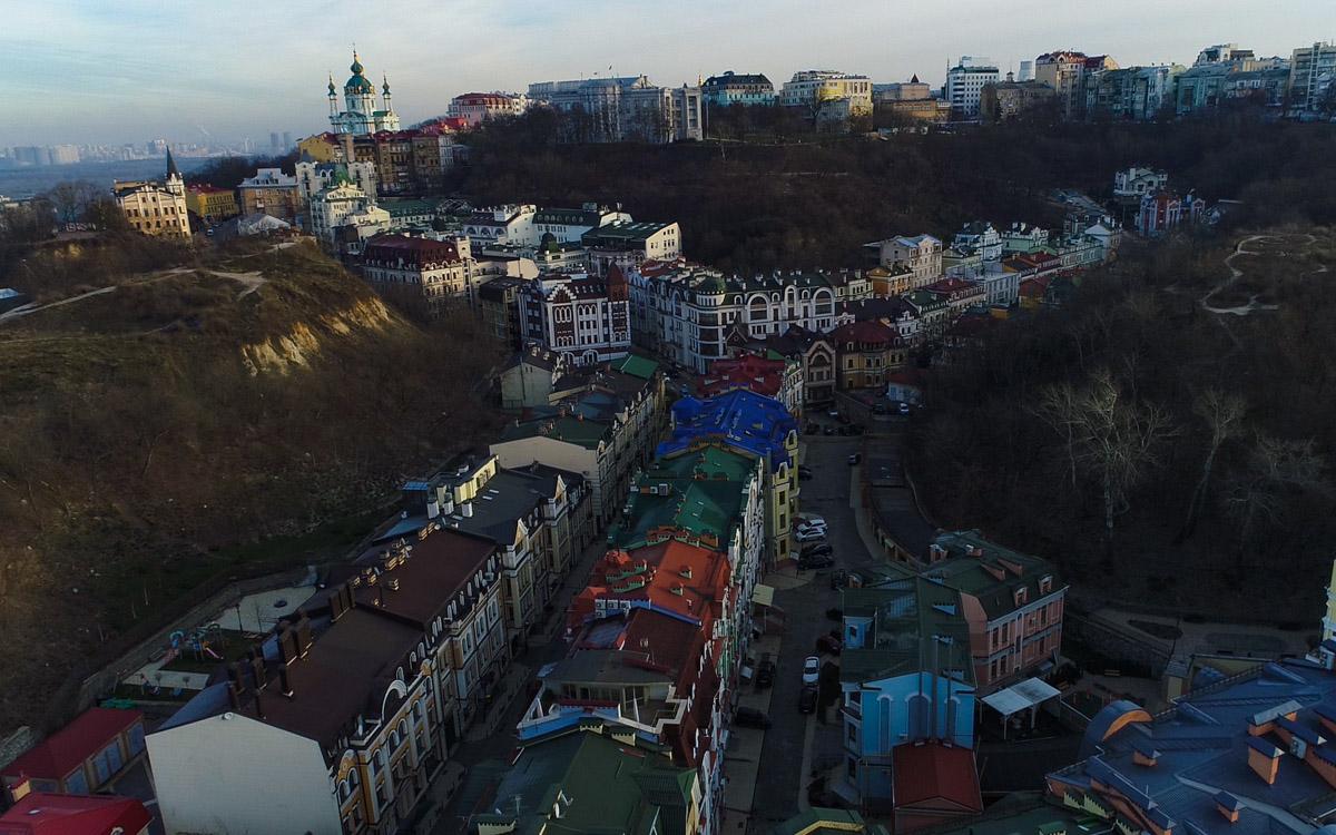 Цветные и кукольные домики делают Воздвиженку похожей на сказочный городок