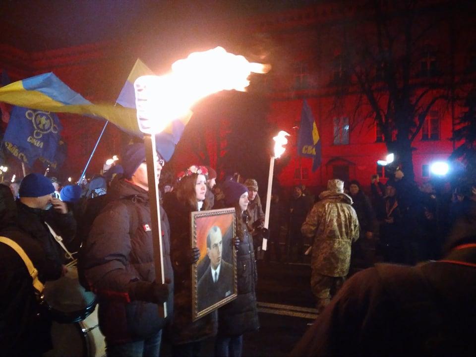 Люди зажгли факелы в центре Киева