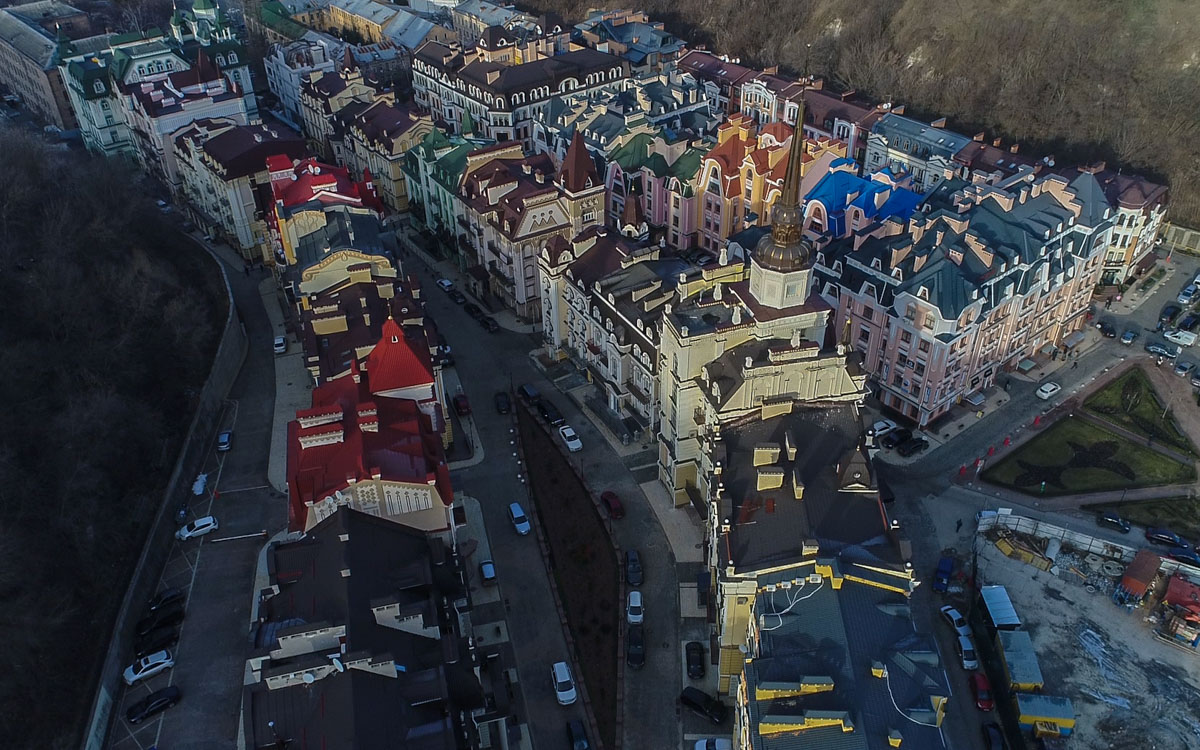 Дома в микрорайоне выдержаны в стиле барокко и киевского модерна