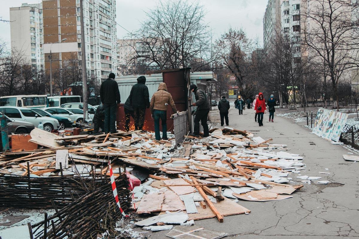 Людям пришлось обходить горы мусора на тротуаре