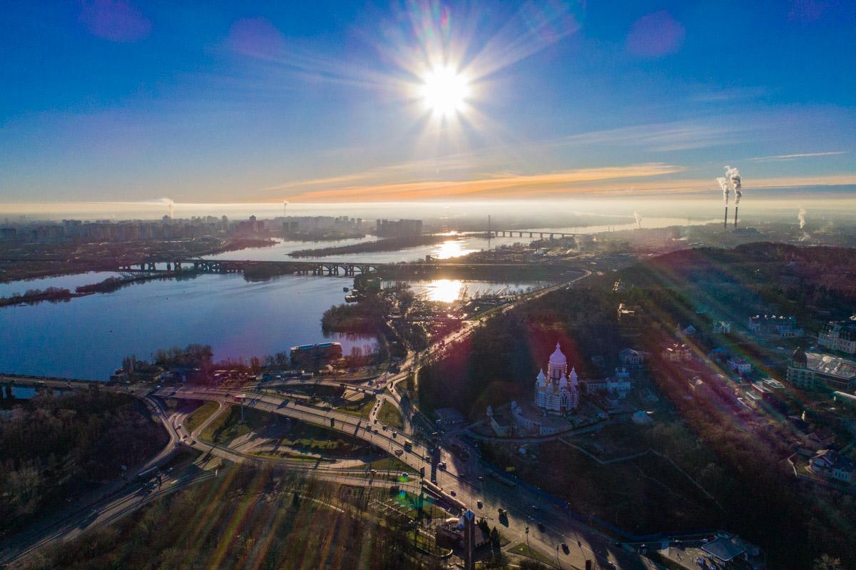 Она смотрит на Киев с крутого днепровского берега