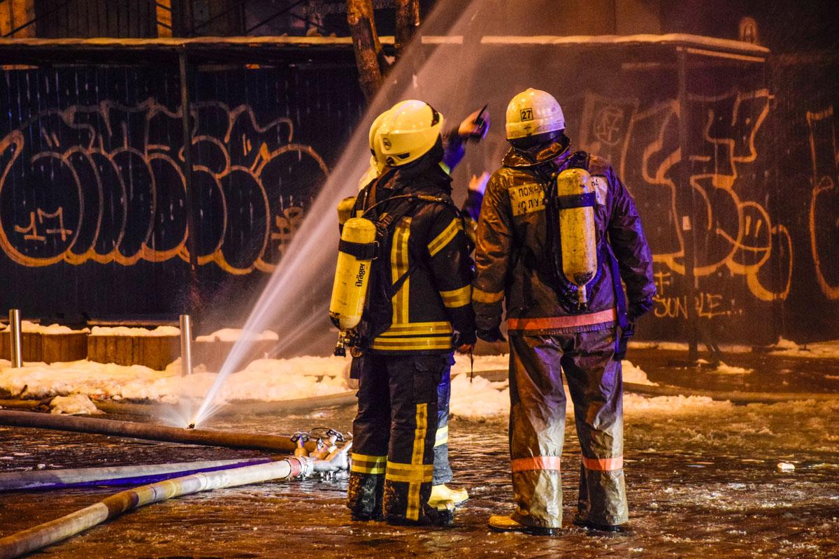Возле пожара развернули оперативный штаб