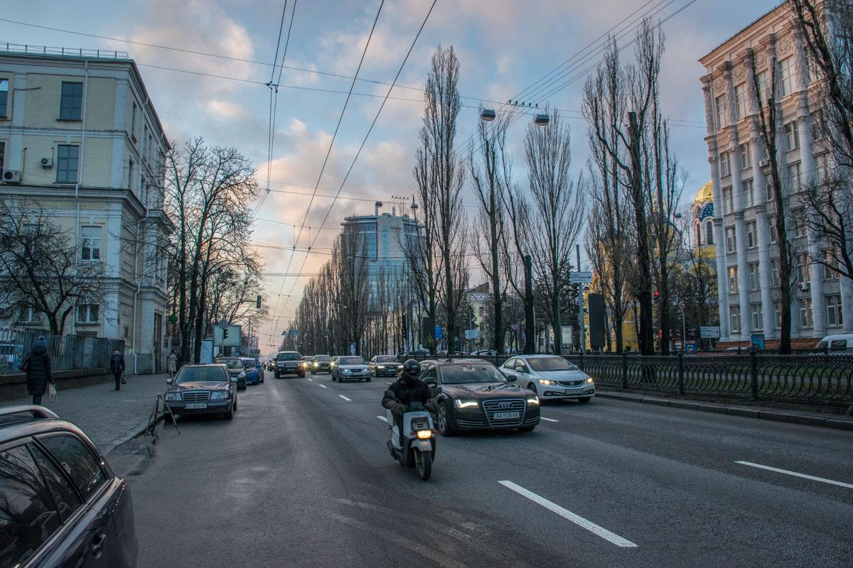 На улицах шумят и суетятся при любой погоде