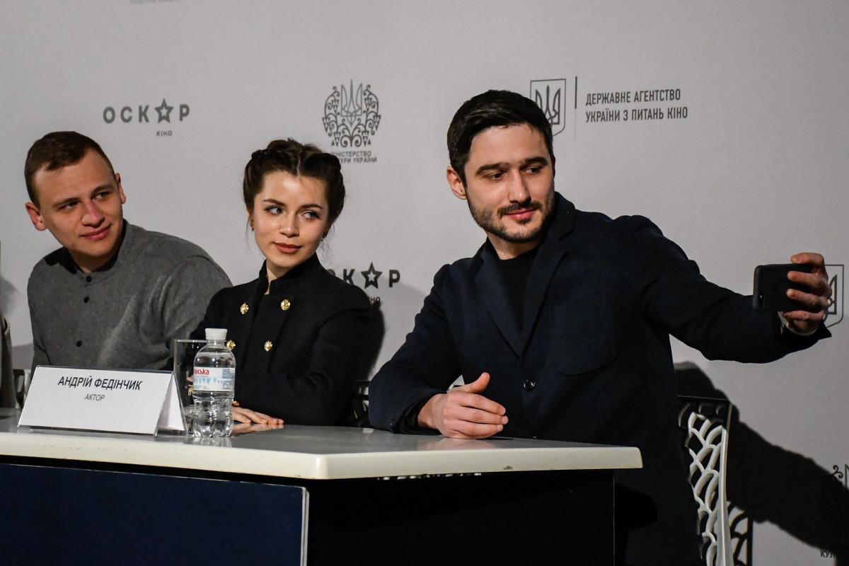 Исполнители главных ролей просто не смогли устоять перед очаровательной Кристиной Соловий и делали с ней селфи
