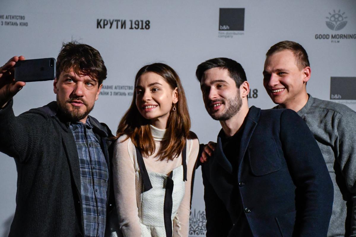 Режиссер фильма делает селфи со своими главными героями