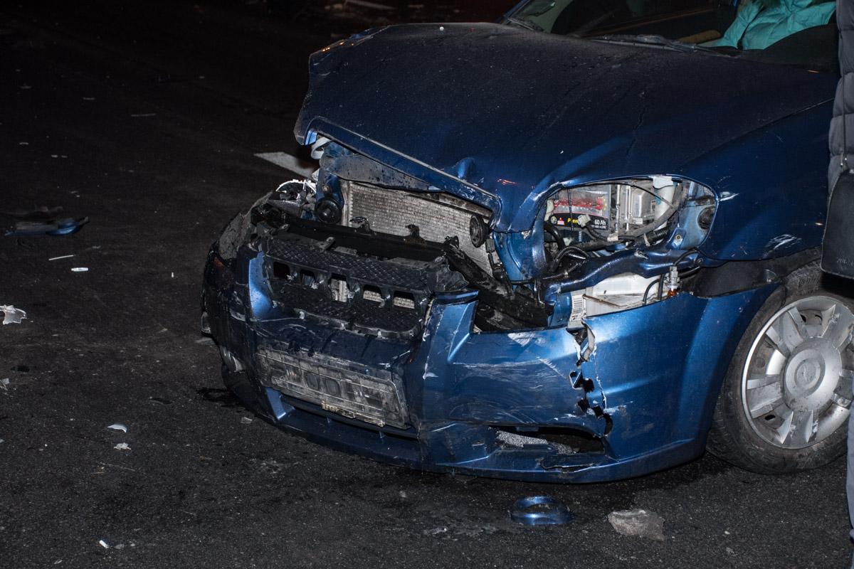 По словам водителя Daewoo, фура зацепила Chevrolet