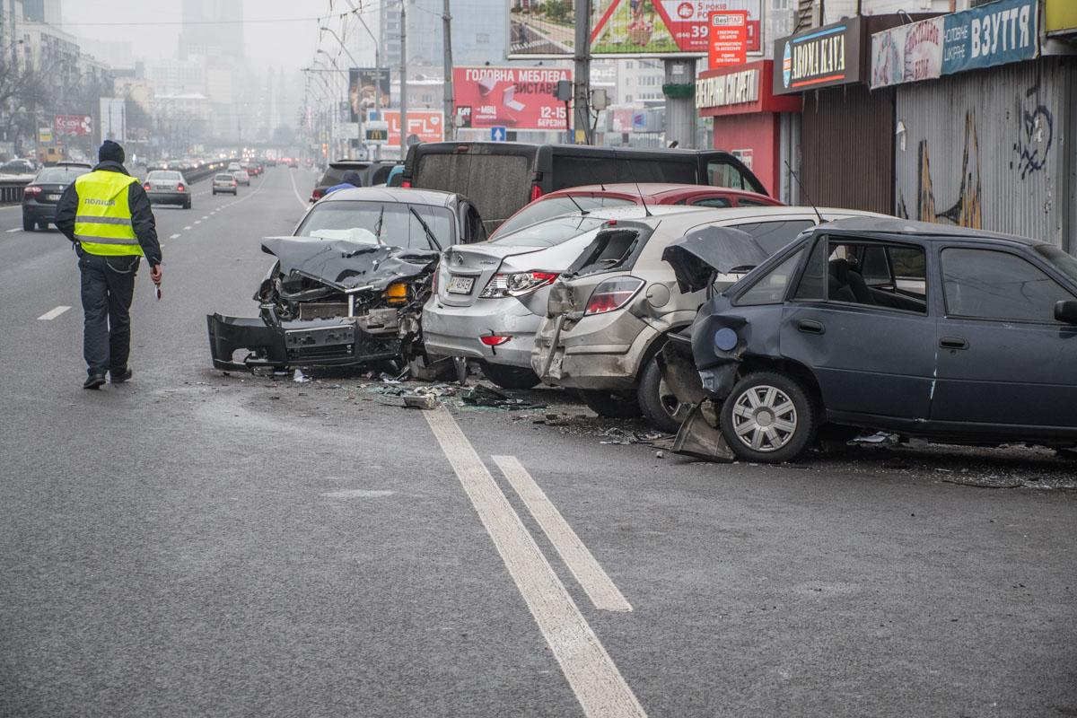 Chevrolet Aveo протаранил пять припаркованных авто