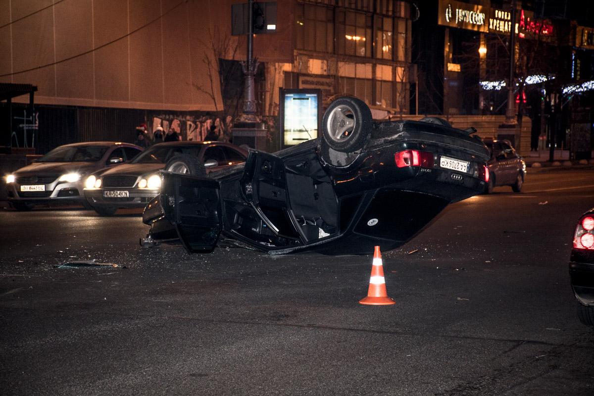 От сильного удара Audi перевернулась на крышу
