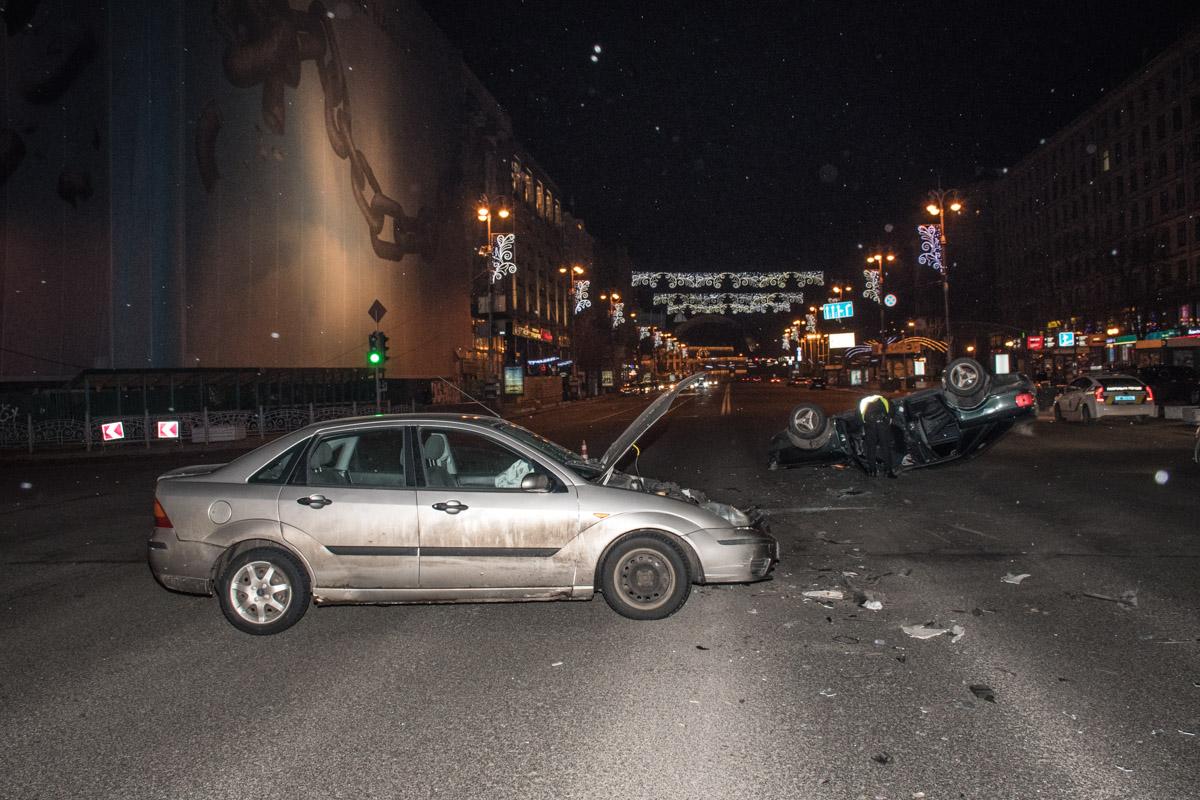 Около 23:00 на пересечении улиц Институтской и Крещатик столкнулись две легковушки