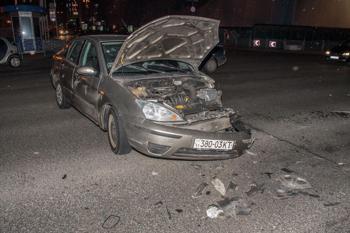 У Ford Focus помялся передний бампер и левая сторона машины