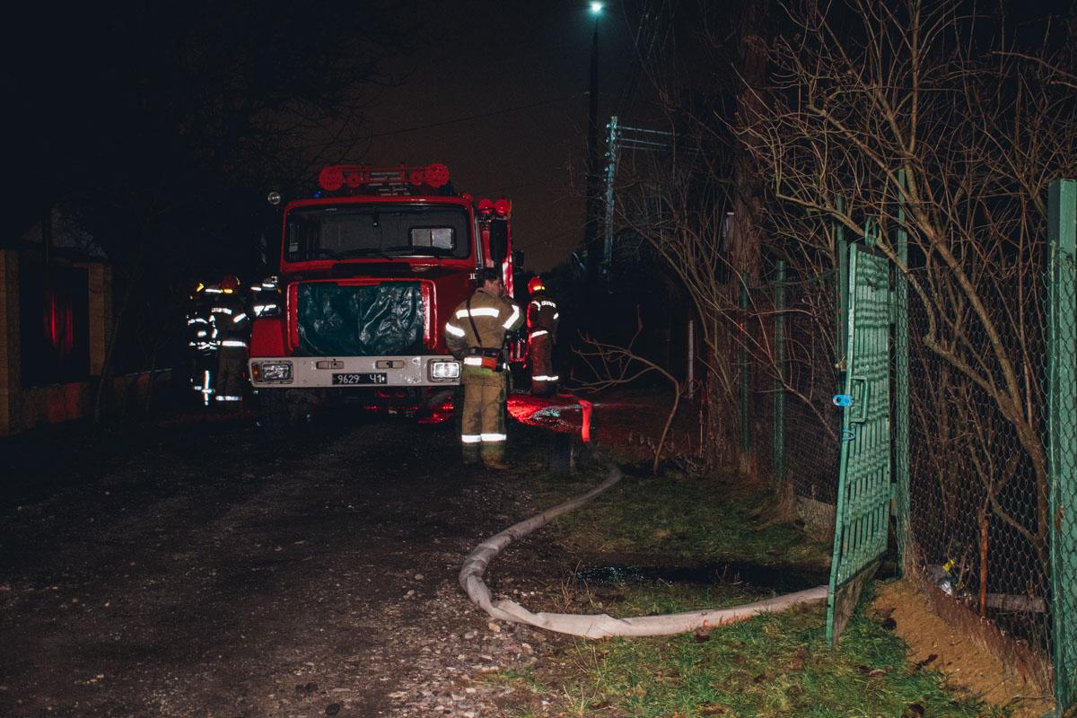 Пожарным удалось спасти от огня только соседний дом