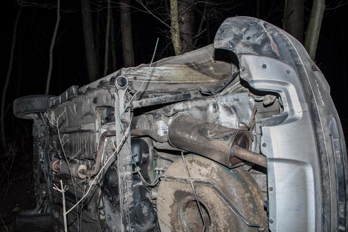 У Renault Duster выбиты окна и сильно повреждены боковые части авто