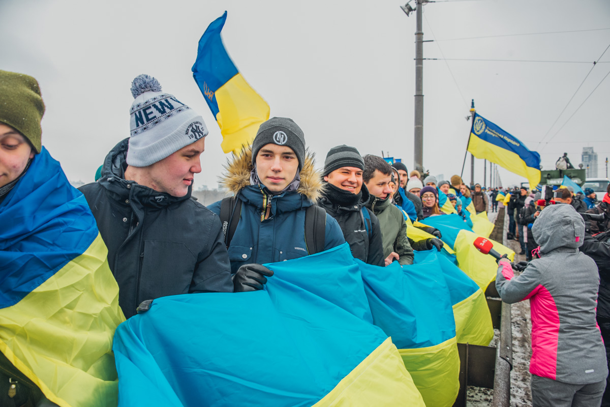 Участники живой цепи скандируют: «Одна, Єдина, Соборна Україна!»