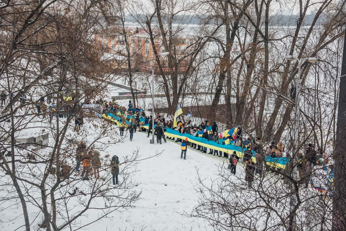 Украинцы соединили берега Днепра живой цепью