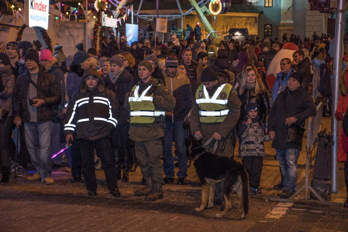 Перед Михайловской церковью дежурят правоохранители