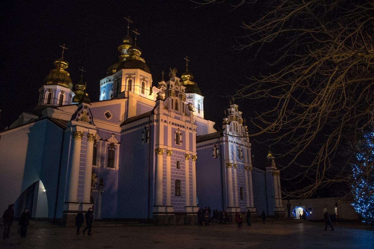 Стены храма обретают фиолетовый оттенок