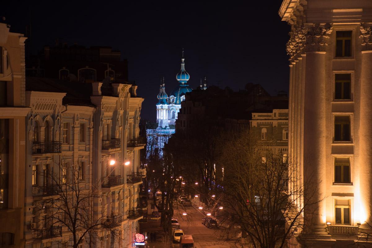 Вдали синеет Андреевская церковь