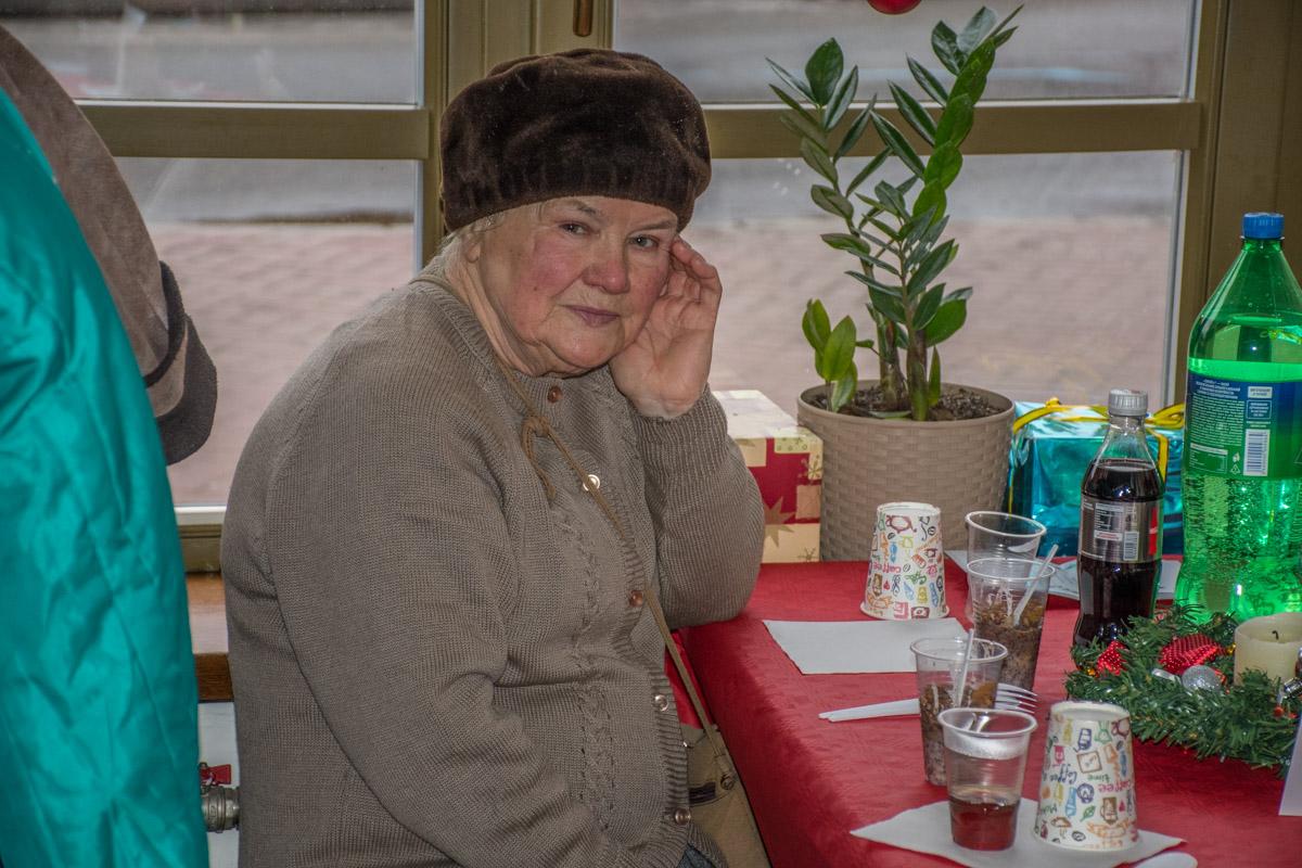 В грустных глазах стариков видна надежда на лучшее