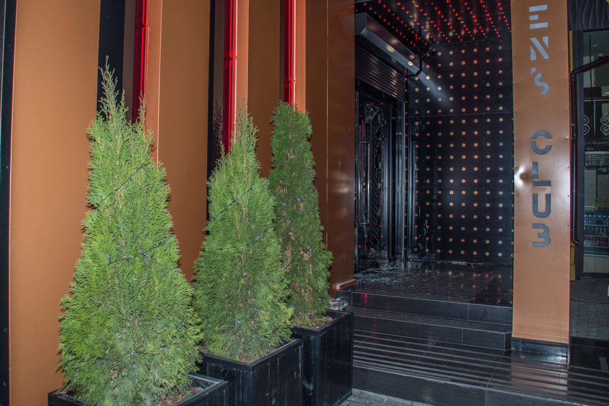 Вечером 8 января неизвестные ворвались в стрип-клуб Dolls на Большой Васильковской и устроили стрельбу