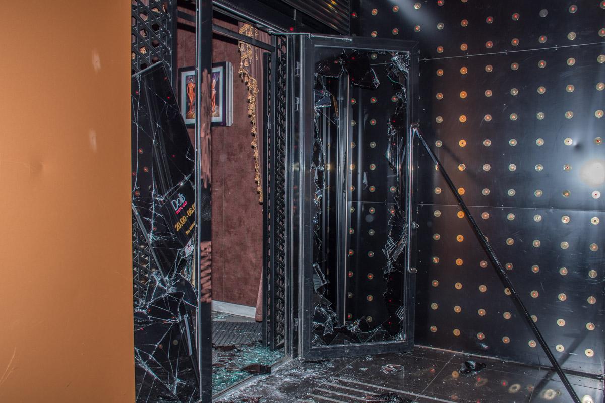 Неизвестные выбили входную дверь в клуб, а затем совершили выстрел в пол