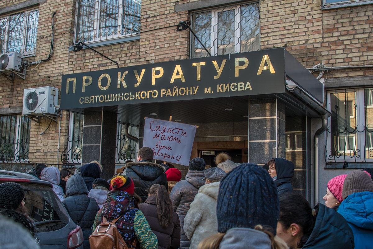 Прокурор отказался выходить к общественности. Тогда митингующие пошли в прокуратуру сами