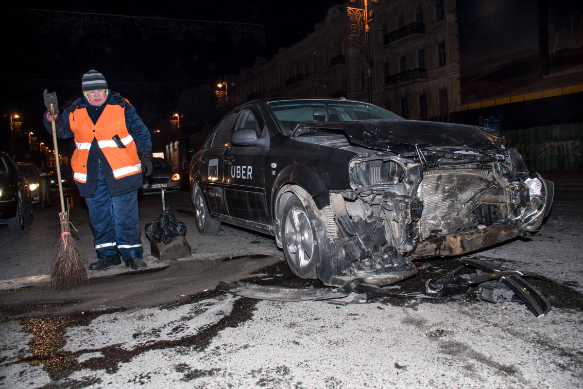 """Автомобилю Uber также """"досталось"""" после столкновения"""