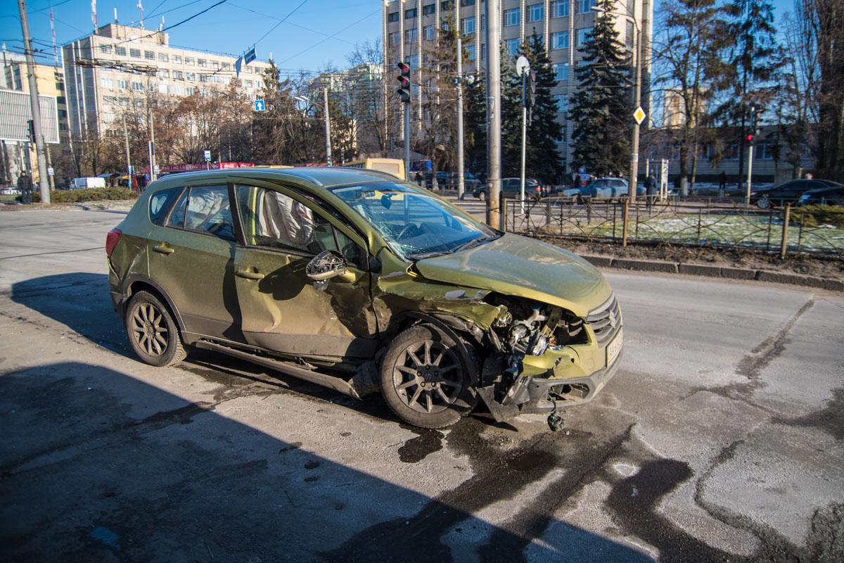 В Suzuki разбита правая часть
