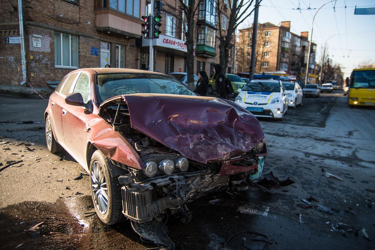Водитель Suzuki, поворачивая на улицу Смелянскую, не пропустил Alfa Romeo и столкнулся с ним