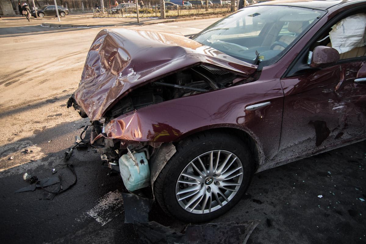 В результате ДТП у Alfa Romeo полностью разбита передняя часть