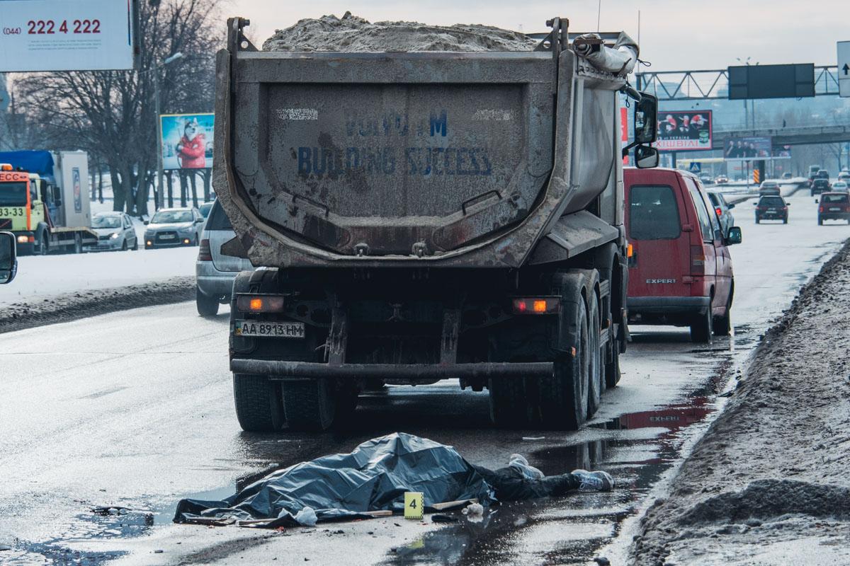 Мужчина бросился под колеса грузовика