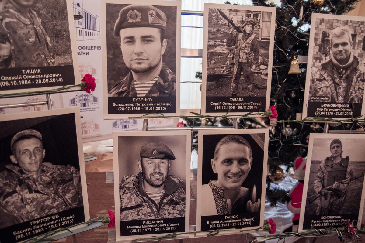 По всему Дому офицеров расставлены фото Киборгов