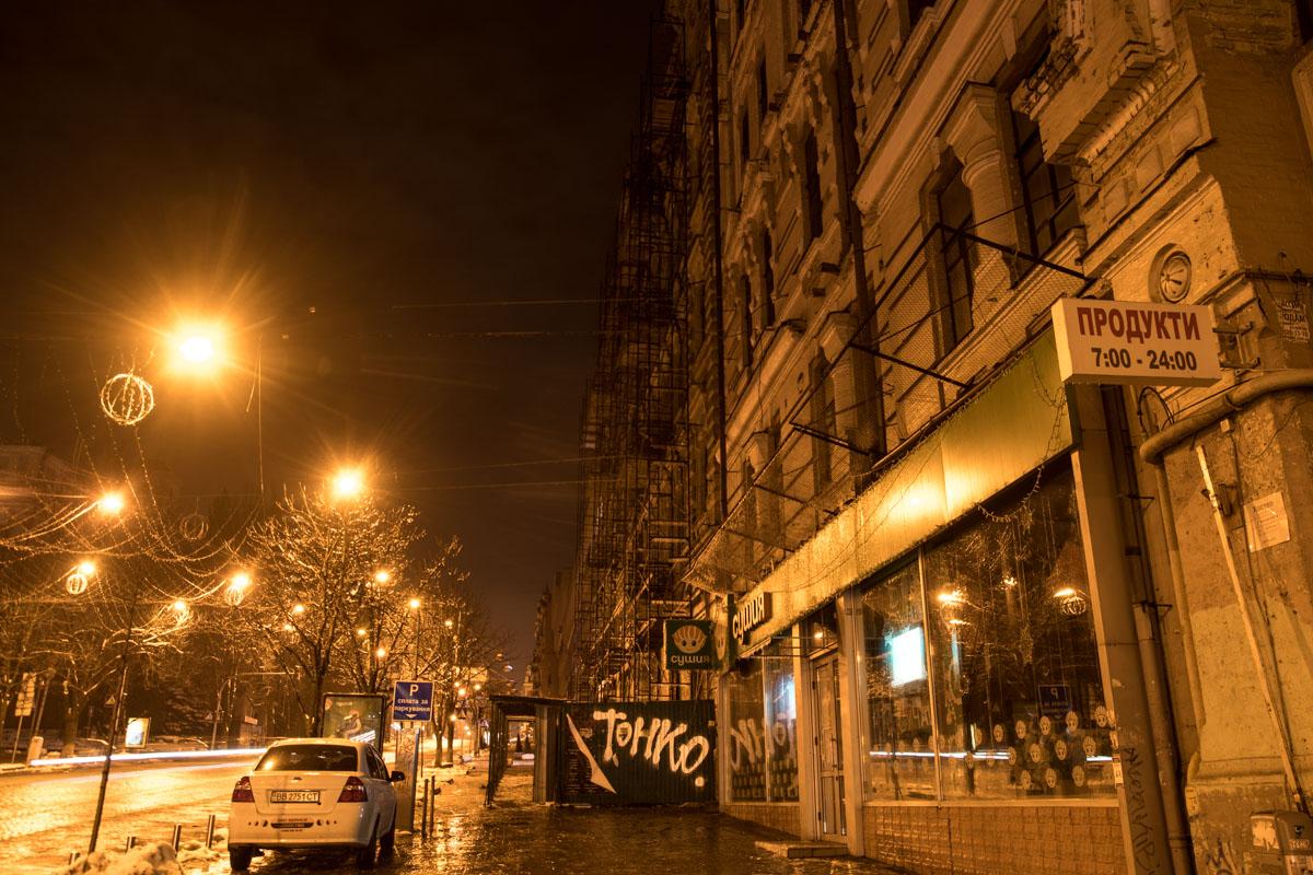 В свете фонарей повреждения нежилого здания на Хмельницкого не сильно заметны