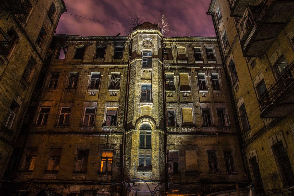 Заброшенное одинокое здание в темноте выглядит зловеще