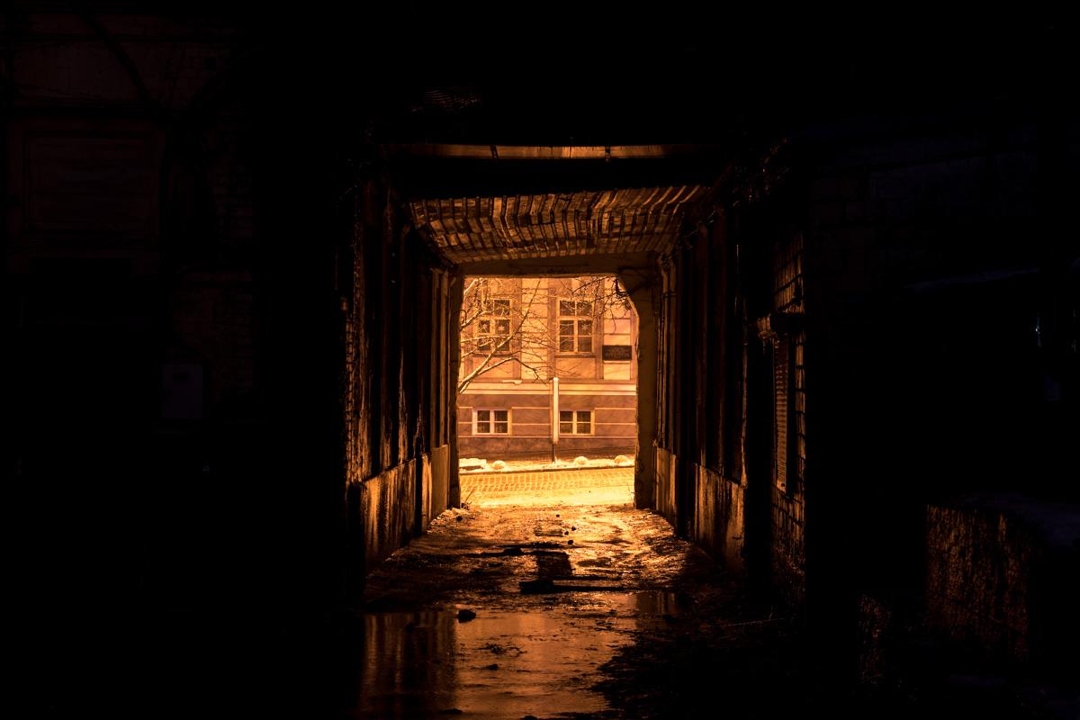 Вход в арку здания в ночное время немного напоминает портал в другой мир
