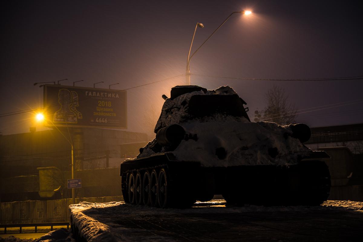 Памятники присыпало снегом в ночное время суток