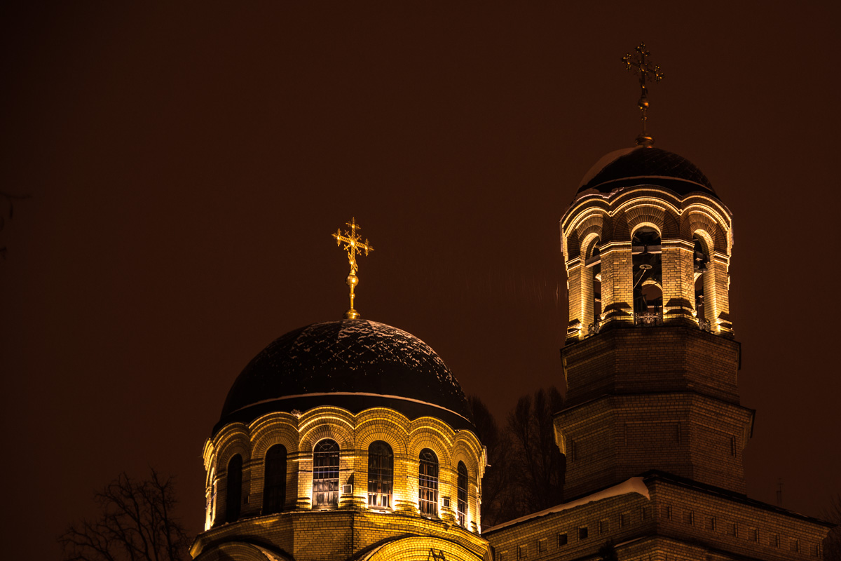 Подсветка церкви в ночное время суток особенно необычна