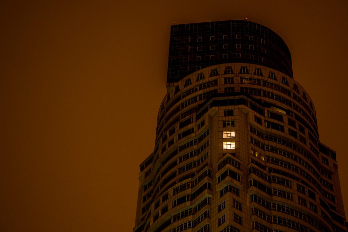 Почти все окна потухли и только в некоторых горит свет