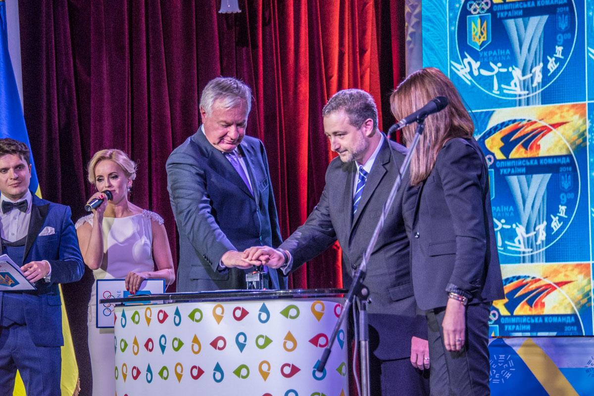 На церемонии погасили украинскую олимпийскую марку