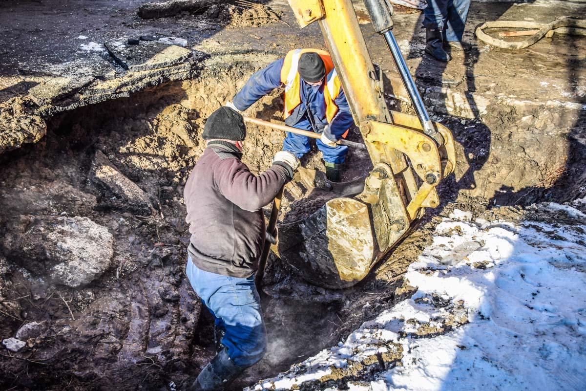 Коммунальщики вынуждены копать вручную