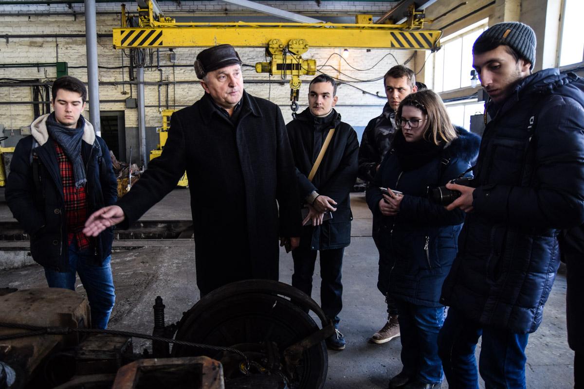 Экскурсию студентам провел директор Владимир Богатырев