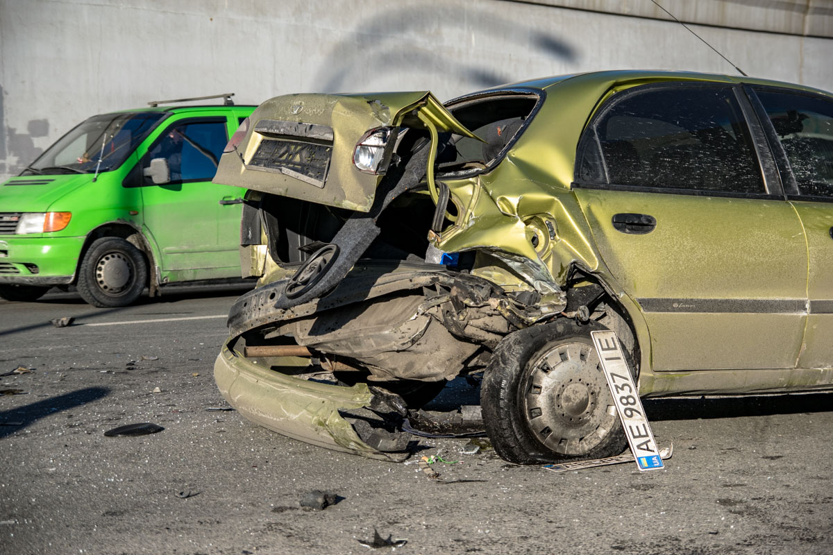 Повреждения стоявшего автомобиля