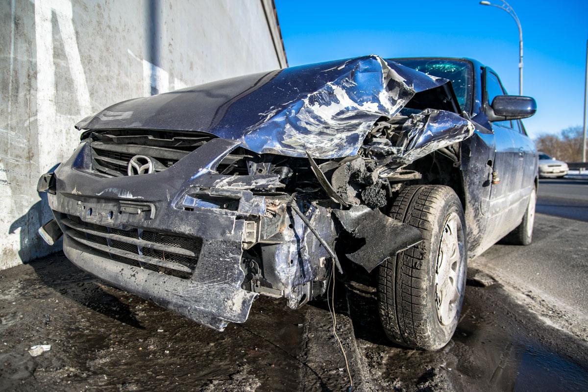 Автомобиль Mazda остановил бордюр и стена